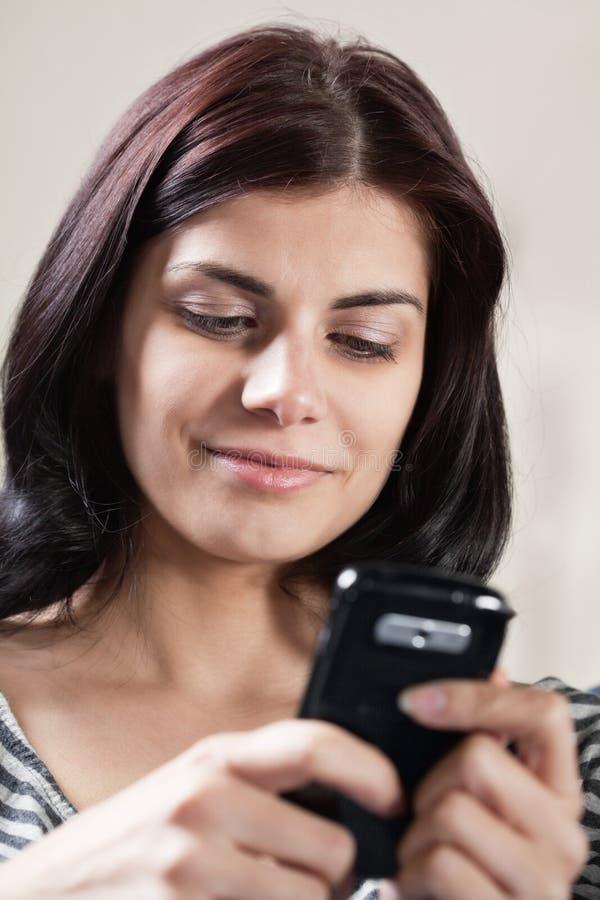 κινητό τηλέφωνο η texting γυναίκα στοκ εικόνα με δικαίωμα ελεύθερης χρήσης