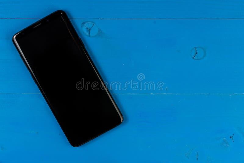 Κινητό τηλέφωνο με την κενή οθόνη στο ξύλινο επιτραπέζιο υπόβαθρο Smartphone στο ξύλινο παλαιό υπόβαθρο σύστασης σανίδων εκλεκτής στοκ φωτογραφία με δικαίωμα ελεύθερης χρήσης