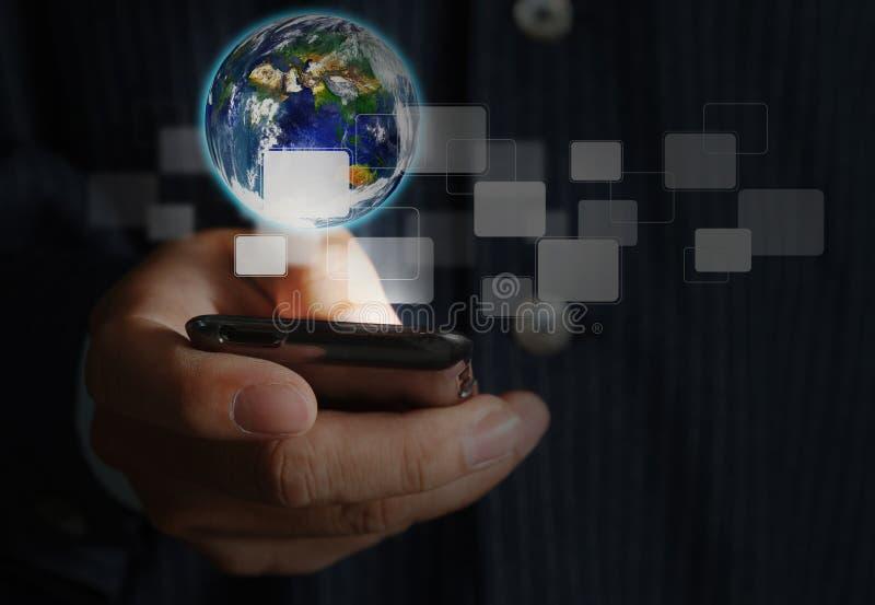 Κινητό τηλέφωνο οθόνης αφής χεριών ωθώντας στοκ φωτογραφίες με δικαίωμα ελεύθερης χρήσης