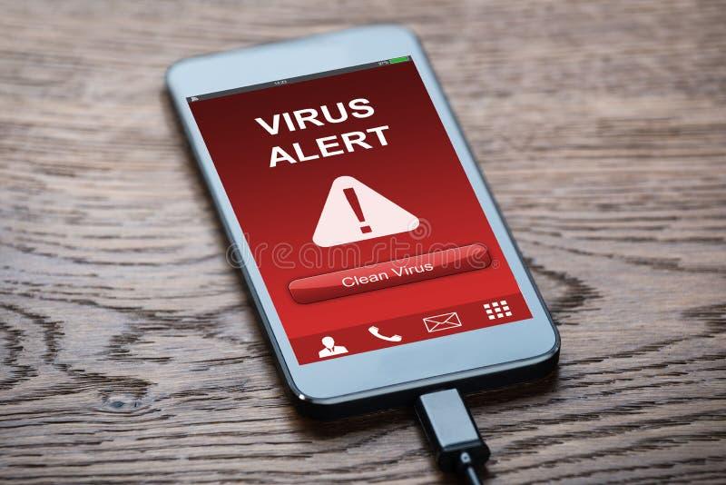 Κινητό τηλέφωνο με τον ιό μολυσμένο στοκ φωτογραφίες με δικαίωμα ελεύθερης χρήσης