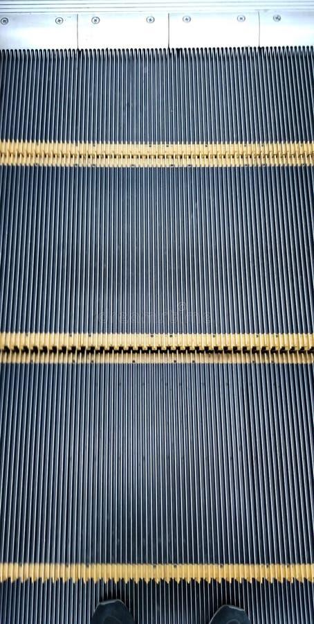 Κινούμενα βήματα της κυλιόμενης σκάλας στη λεωφόρο αγορών στοκ εικόνα με δικαίωμα ελεύθερης χρήσης