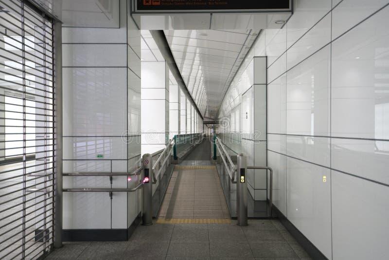 Κινούμενη διάβαση πεζών ή κινούμενο πεζοδρόμιο σε Shinjuku, Τόκιο, νωρίς το πρωί στοκ εικόνες
