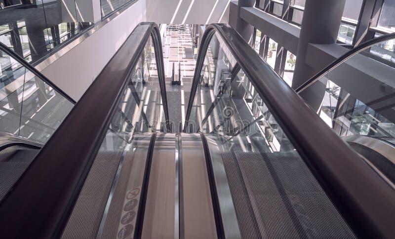 Κινούμενη κυλιόμενη σκάλα στο εσωτερικό του κτιρίου γραφείων στοκ φωτογραφία