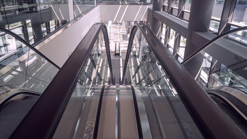Κινούμενη κυλιόμενη σκάλα στο εσωτερικό του κτιρίου γραφείων στοκ φωτογραφίες