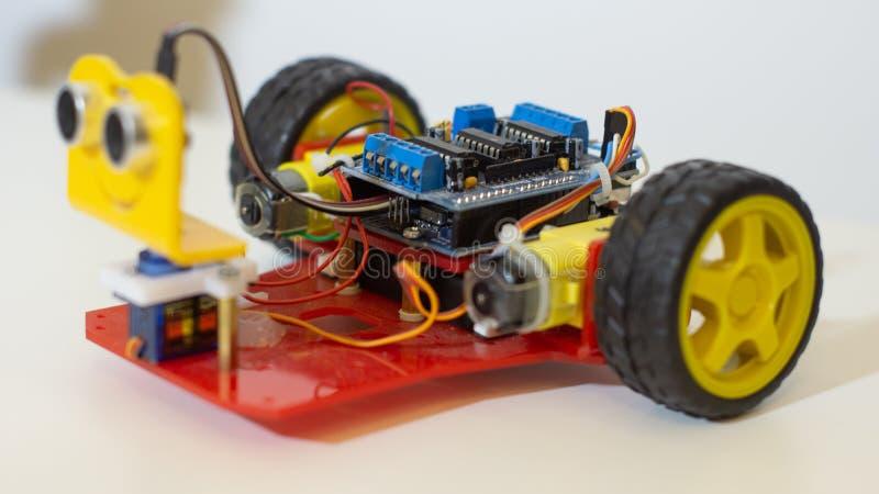 Κινούμενο ρομπότ ΟΗΕ Arduino με τους αισθητήρες για τα παιδιά - πλάγια όψη στοκ φωτογραφία