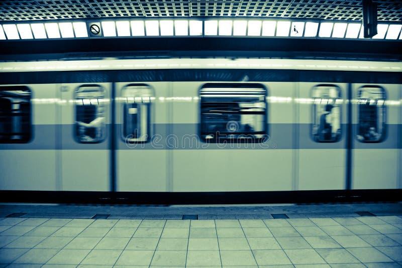 κινούμενο υπόγειο τρένο &sigm στοκ εικόνα με δικαίωμα ελεύθερης χρήσης