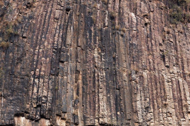 Κιονοειδής βασάλτης σε έναν τοίχο βράχου στοκ φωτογραφία με δικαίωμα ελεύθερης χρήσης
