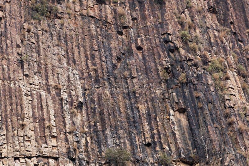 Κιονοειδής βασάλτης σε έναν τοίχο βράχου στοκ φωτογραφίες