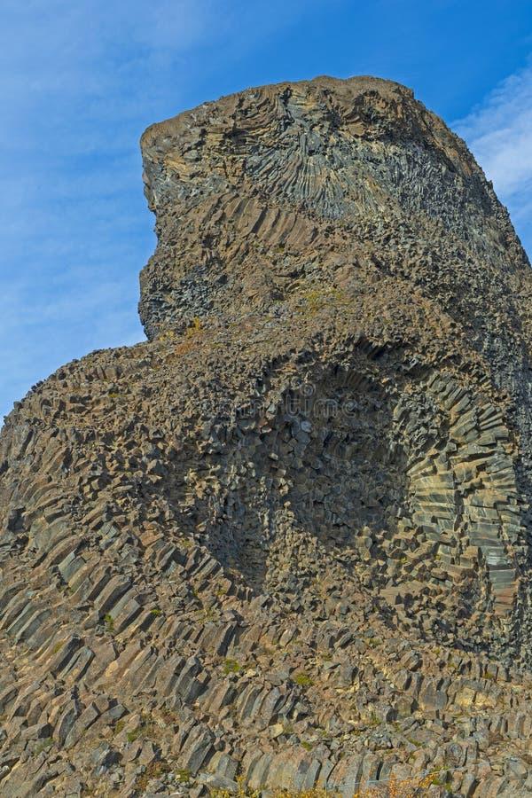 Κιονοειδής βασάλτης σε μια δραματική ηφαιστειακή πυραμίδα στοκ εικόνες