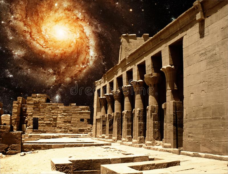 Κιονοστοιχία στο ναό Isis σε Philae και το Pinwheel Galax στοκ φωτογραφίες