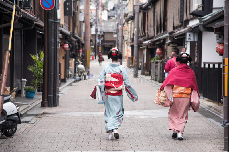 ΚΙΟΤΟ, ΙΑΠΩΝΙΑ - 25 ΝΟΕΜΒΡΊΟΥ: Γυναίκα γκείσων στο παραδοσιακό φόρεμα Κιότο στοκ φωτογραφία με δικαίωμα ελεύθερης χρήσης