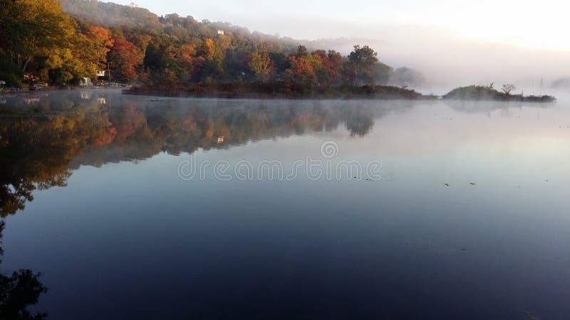 Κιτρινισμένη λίμνη στοκ εικόνες