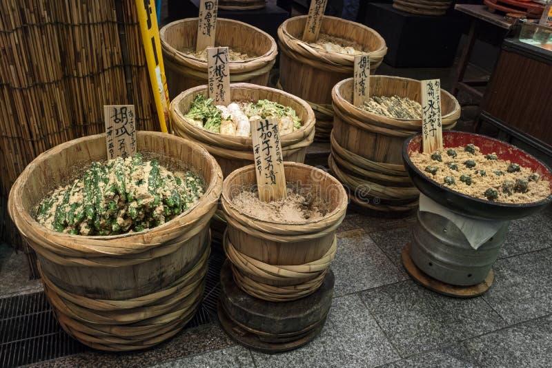Κιότο, Ιαπωνία - συντηρημένα λαχανικά για την πώληση στην αγορά Nishiki στοκ εικόνες