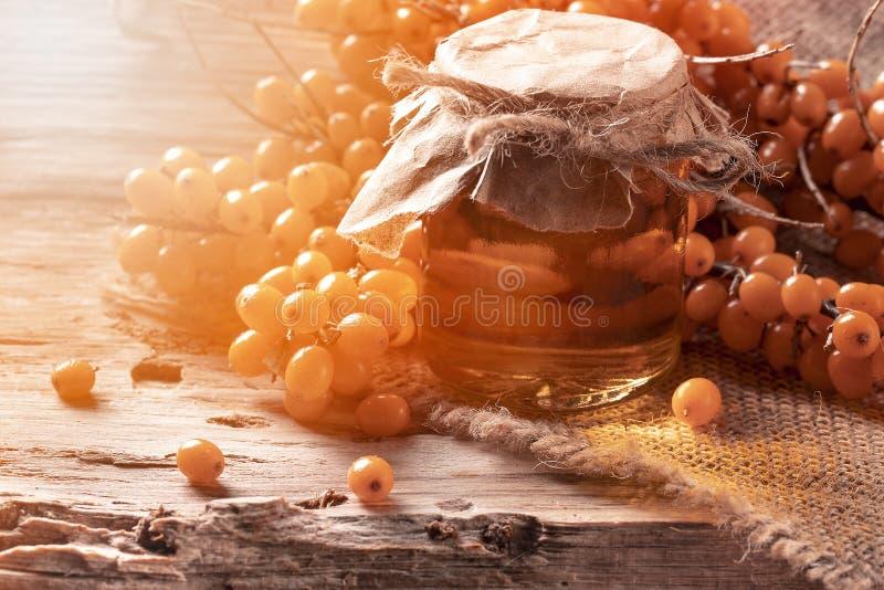 Κλάδος της λευκαγκαθιάς με τη μαρμελάδα στον πίνακα sackcloth στο υπόβαθρο στοκ εικόνες με δικαίωμα ελεύθερης χρήσης