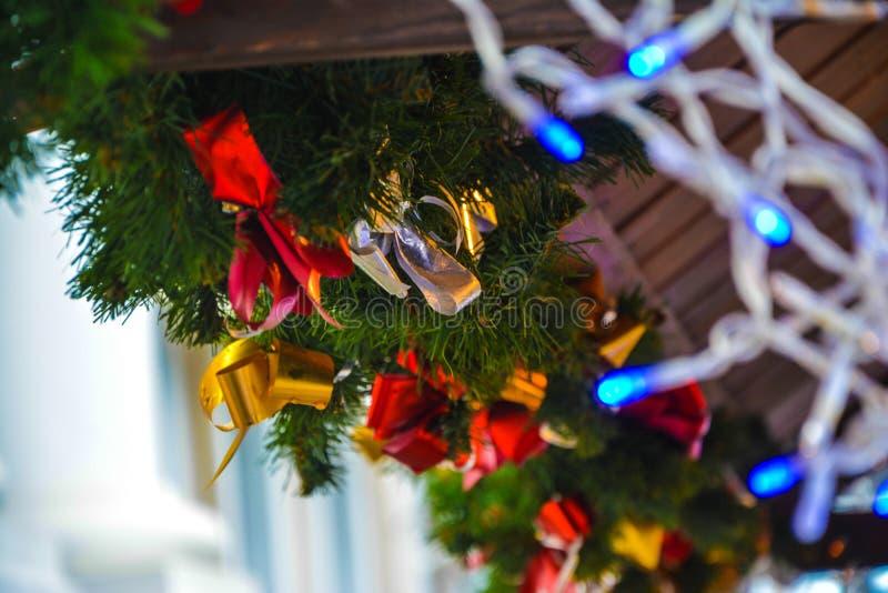 Κλάδος χριστουγεννιάτικων δέντρων που διακοσμείται με τις χρωματισμένες κορδέλλες στοκ φωτογραφία με δικαίωμα ελεύθερης χρήσης