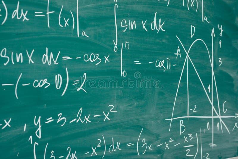 κλάση math aleut Οι τύποι γράφονται στο σχολικό πίνακα στοκ εικόνες με δικαίωμα ελεύθερης χρήσης