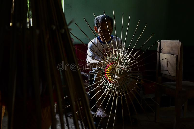 Κλάτεν Ινδονησία 15 Ιουνίου 2015 Δραστηριότητες παραδοσιακών κατασκευαστών ομπρέλας από την Juwiring Klaten Indonesia στοκ εικόνα