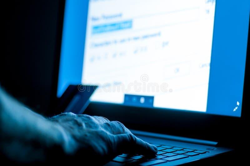 Κλέφτης πιστωτικών καρτών στο lap-top στοκ εικόνα με δικαίωμα ελεύθερης χρήσης