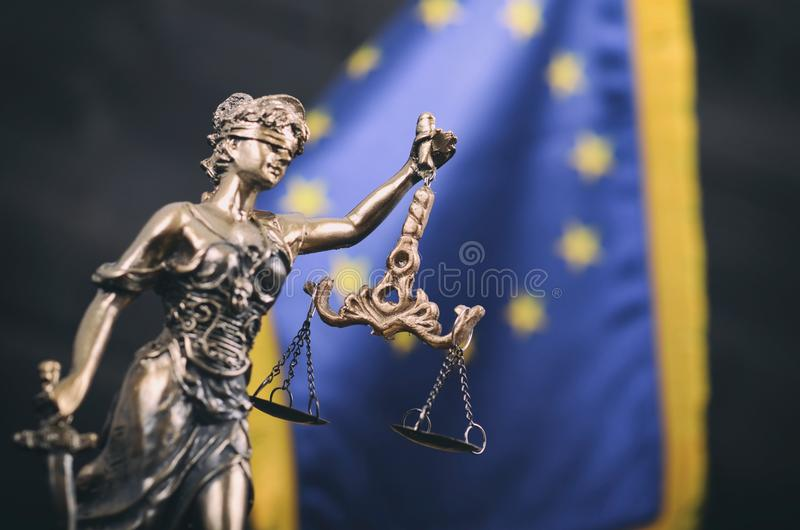 Κλίμακες της δικαιοσύνης, κυρία Justice μπροστά από τη σημαία της ΕΕ στοκ φωτογραφία