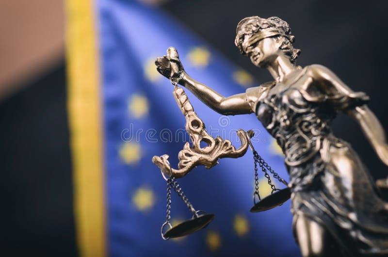 Κλίμακες της δικαιοσύνης, κυρία Justice μπροστά από τη σημαία της Ευρωπαϊκής Ένωσης στοκ φωτογραφίες με δικαίωμα ελεύθερης χρήσης