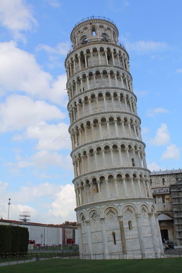 Κλίνοντας πύργος της άποψης της Πίζας από την ανατολική Ιταλία Τοσκάνη στοκ εικόνες