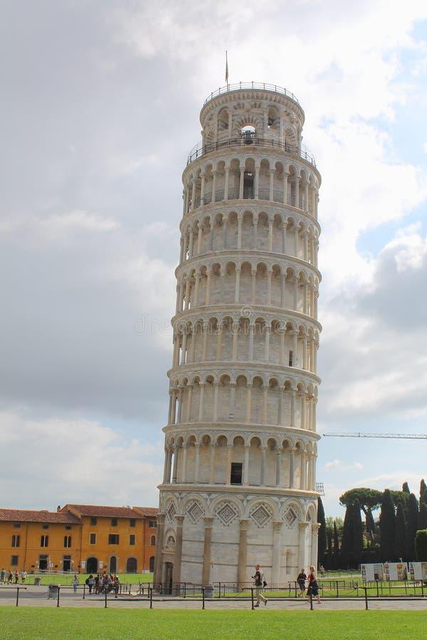 Κλίνοντας πύργος της άποψης της Πίζας από την sounth-δύση στοκ εικόνα