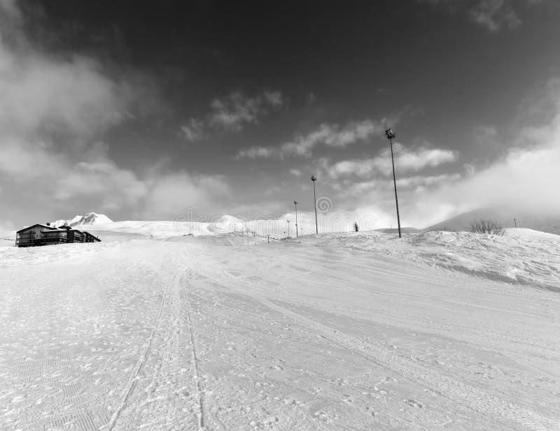 Κλίση και ξενοδοχείο σκι στα χειμερινά βουνά στοκ φωτογραφίες με δικαίωμα ελεύθερης χρήσης