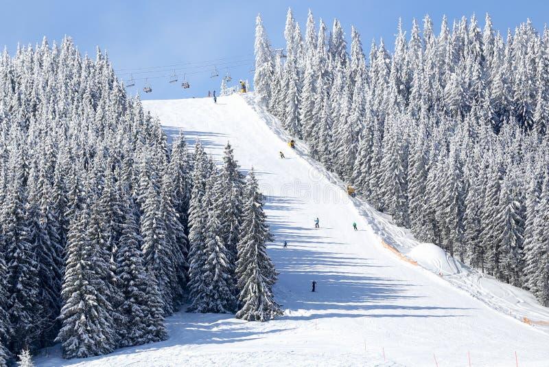 Κλίση σκι βουνών στο χειμερινό θέρετρο στην ηλιόλουστη ημέρα στοκ εικόνες με δικαίωμα ελεύθερης χρήσης