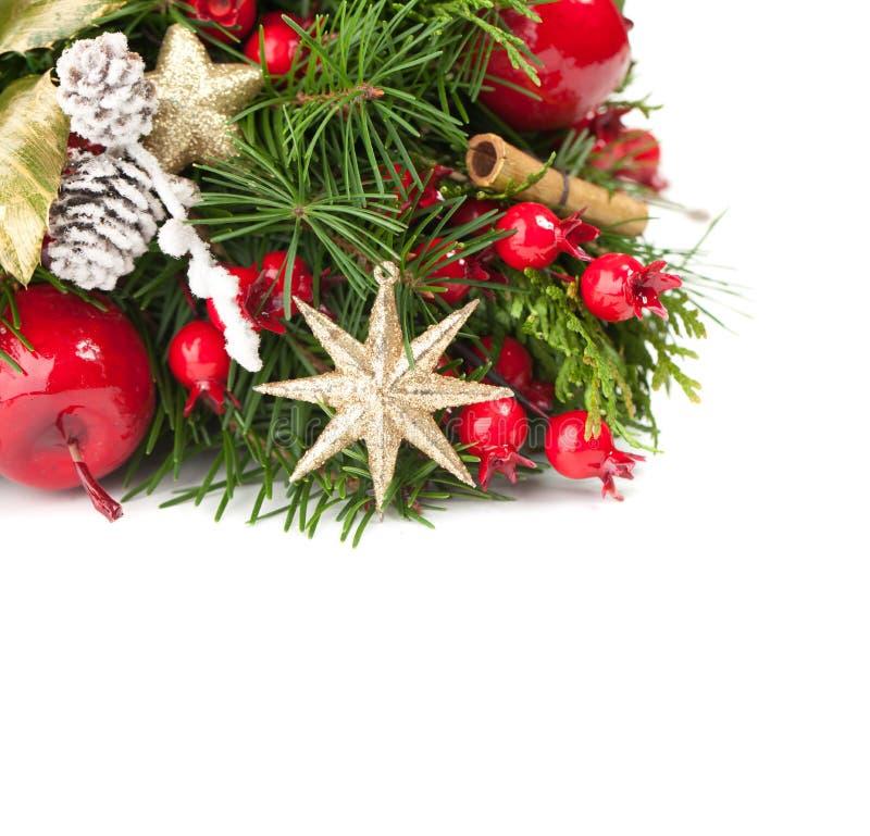 Κλαδίσκος χριστουγεννιάτικων δέντρων, κόκκινο μούρο, χρυσό αστέρι και νέο decoratio έτους στοκ φωτογραφία