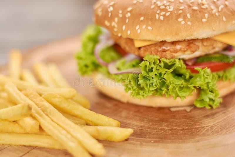 Κλασικά αμερικανικά burger τρόφιμα στοκ φωτογραφία