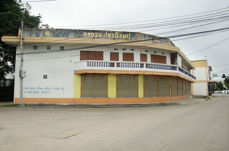 Κλασικά αναδρομικά εμπορικά κτήριο και σπίτι στη μικρή αλέα στοκ εικόνα