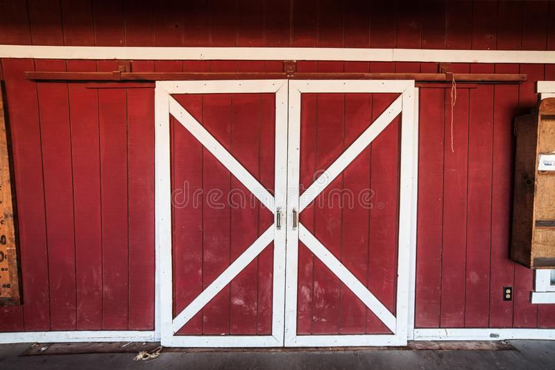 Κλασικές αμερικανικές κόκκινες και άσπρες ξύλινες πόρτες σιταποθηκών στοκ εικόνες με δικαίωμα ελεύθερης χρήσης
