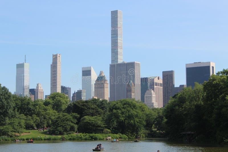 Κλασικές απόψεις της Νέας Υόρκης από τη λίμνη Central Park, το καλοκαίρι στοκ εικόνες