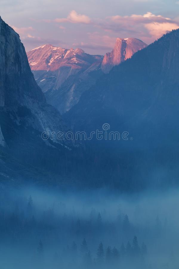 Κλασική άποψη σηράγγων της φυσικής κοιλάδας Yosemite με τη διάσημη EL Capitan και των μισών συνόδων κορυφής αναρρίχησης βράχου θό στοκ φωτογραφίες