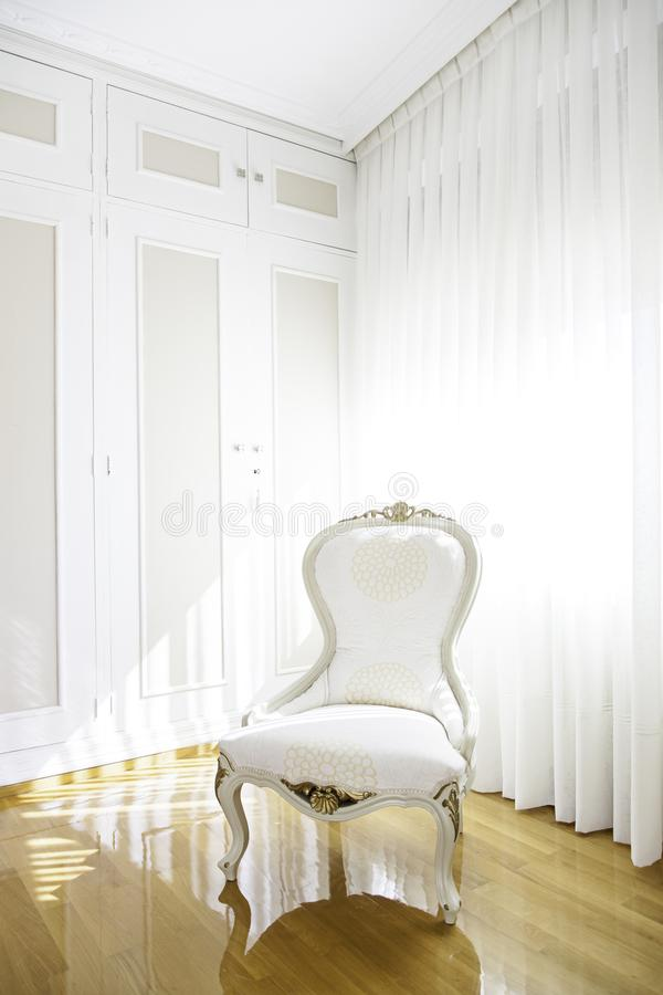 Κλασική άσπρη καρέκλα σε ένα καθιστικό στοκ φωτογραφίες