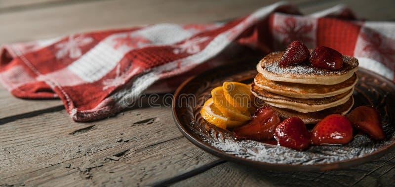 Κλασική αμερικανική τηγανίτα με το μέλι στοκ φωτογραφίες