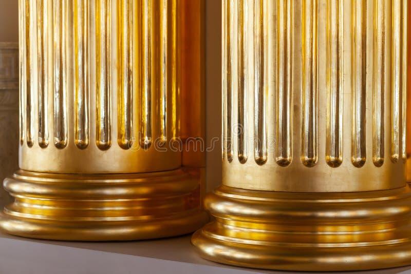 Κλασική αρχιτεκτονική πολυτέλειας, χρυσές στήλες στοκ εικόνες