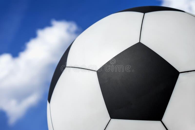 Κλασική κινηματογράφηση σε πρώτο πλάνο σφαιρών ποδοσφαίρου ενάντια στο μπλε ουρανό με τα σύννεφα, σύσταση, υπόβαθρο στοκ φωτογραφία