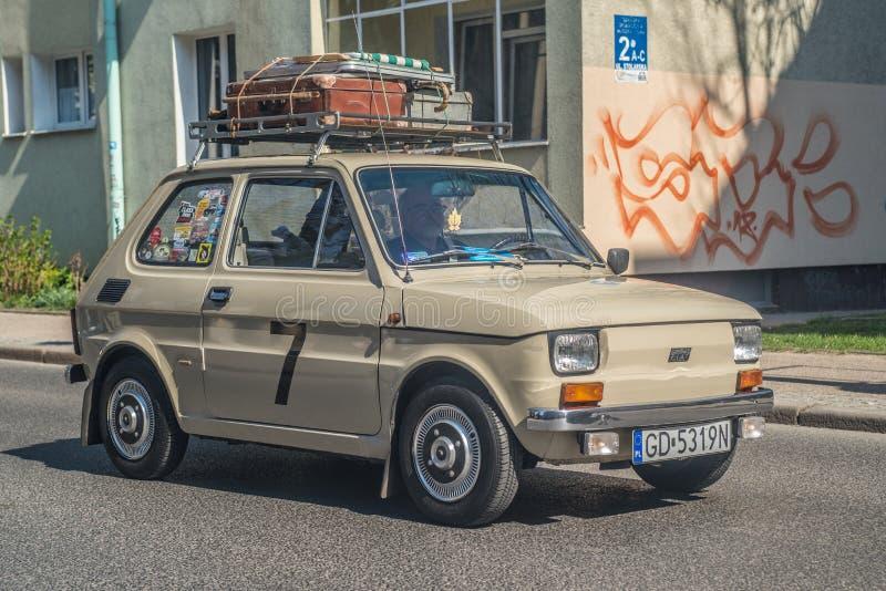 Κλασική μικρή πολωνική οδήγηση της Φίατ 126p αυτοκινήτων στοκ φωτογραφία