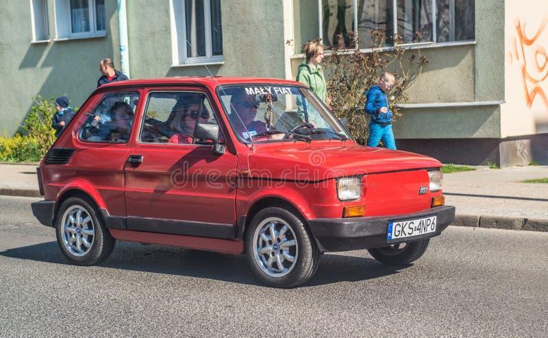 Κλασική μικρή πολωνική οδήγηση της Φίατ 126p αυτοκινήτων στοκ εικόνα με δικαίωμα ελεύθερης χρήσης