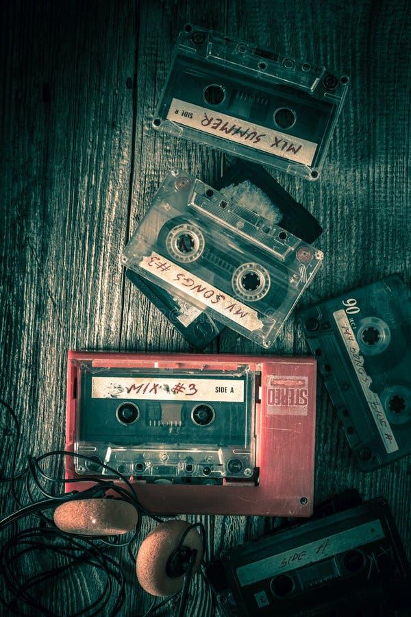 Κλασική ταινία κασετών με τα ακουστικά και το κόκκινο γουόκμαν στοκ εικόνες