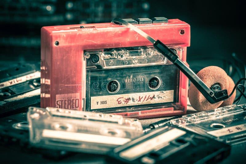Κλασική ταινία κασετών με το κόκκινα γουόκμαν και τα ακουστικά στοκ φωτογραφίες