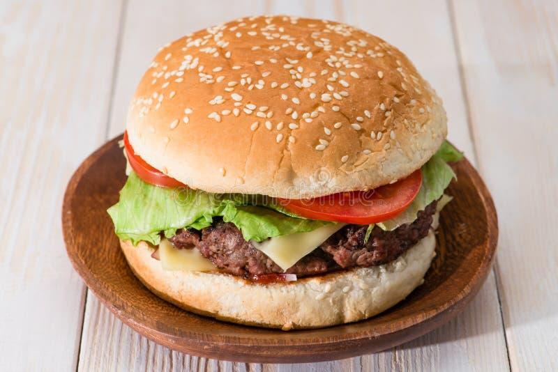 κλασική burger κινηματογράφηση σε πρώτο πλάνο στοκ εικόνα με δικαίωμα ελεύθερης χρήσης