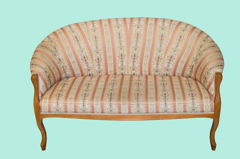 Κλασικός κομψός καναπές με την υφαντική ταπετσαρία και τα ξύλινα πόδια, που γίνονται στο εκλεκτής ποιότητας αναδρομικό ύφος, μαρμ στοκ εικόνες με δικαίωμα ελεύθερης χρήσης