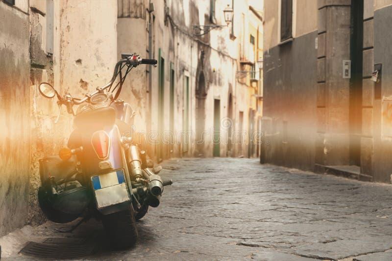 Κλασικός μοτοσικλετών στην οδό, παλαιά οδός βουνών, σχέδιο έννοιας ταξιδιού γύρου, διάστημα για το κείμενο στοκ φωτογραφίες