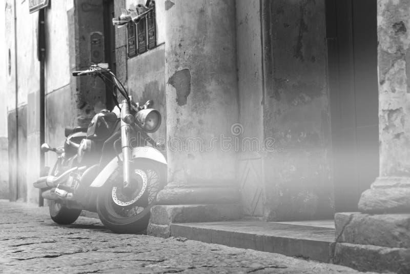 Κλασικός μοτοσικλετών στην οδό, παλαιά οδός βουνών, σχέδιο έννοιας ταξιδιού γύρου, διάστημα για το κείμενο γραπτό στοκ εικόνα με δικαίωμα ελεύθερης χρήσης