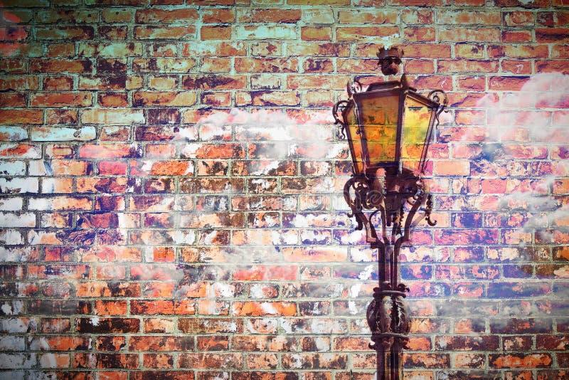 Κλασικός πορτογαλικός φωτεινός σηματοδότης - εικόνα έννοιας ενάντια ένας τουβλότοιχος - εικόνα με το διάστημα αντιγράφων στοκ φωτογραφία με δικαίωμα ελεύθερης χρήσης