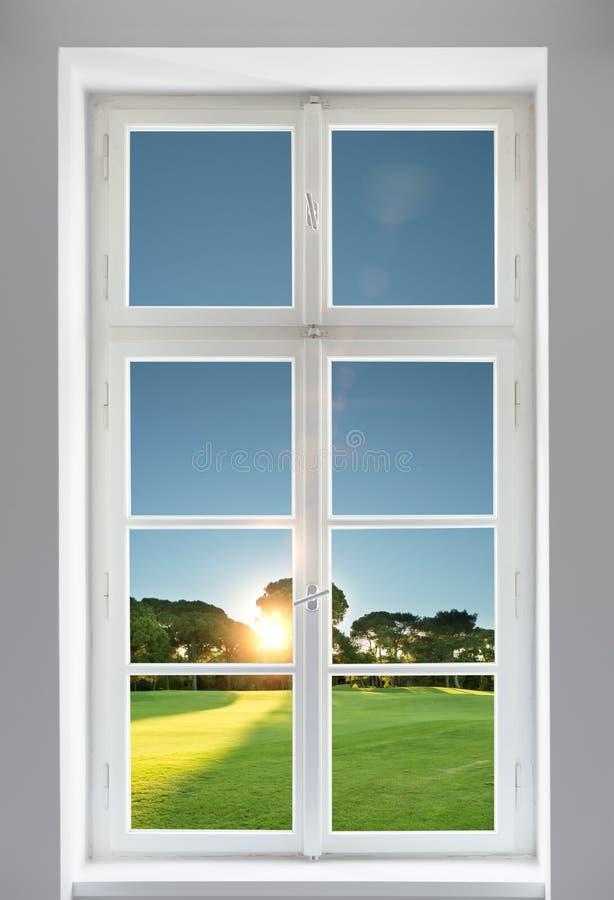 Κλασικό άσπρο παράθυρο και η δασική άποψη στοκ εικόνα