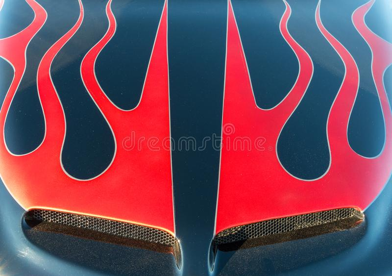 Κλασικό αυτοκίνητο, φλόγες στην κουκούλα στοκ εικόνα