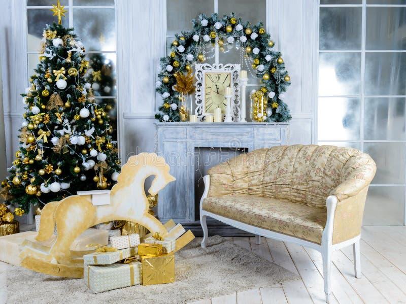 Κλασικό εσωτερικό δωμάτιο που διακοσμείται στο ύφος Χριστουγέννων με Christma στοκ εικόνες